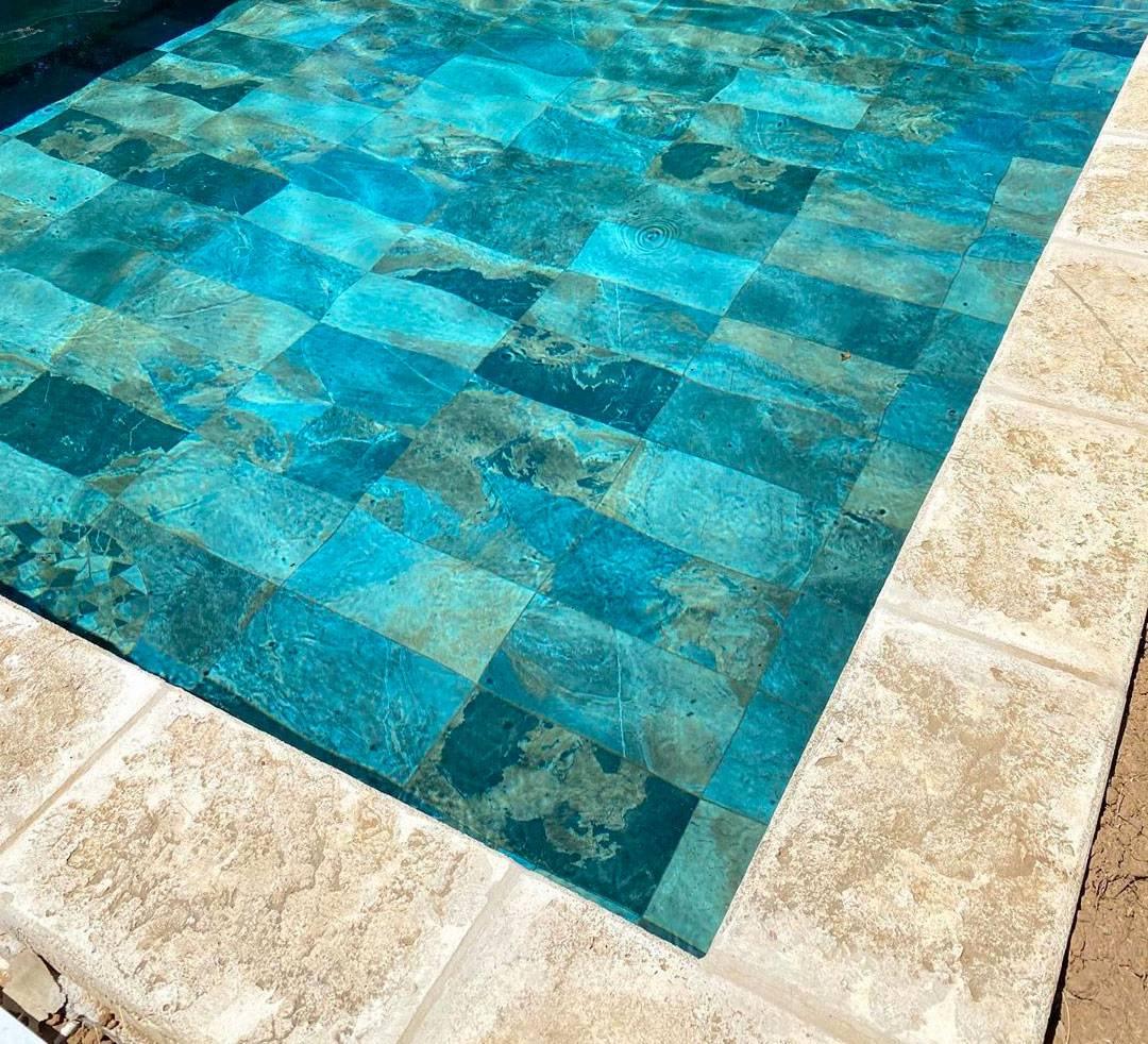 Quel carrelage choisir pour sa piscine ? Prix, matériaux, entretien et idées d'inspiration - Eau ...